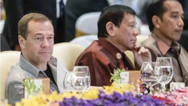 Ông Duterte ngồi giữa Thủ tướng Nga (trái) và Tổng thống Indonesia