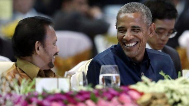Tổng thống Obama ngồi cạnh Quốc vương Brunei trong buổi tiệc