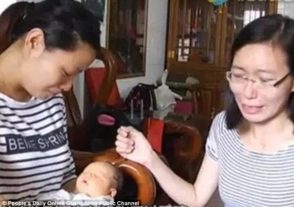 Liu (trái) rất đau lòng vì căn bệnh kỳ lạ của con