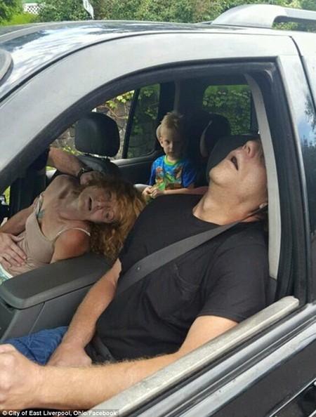 Ảnh sốc: Cặp đôi phê thuốc bất tỉnh trong xe cùng cậu bé 4 tuổi
