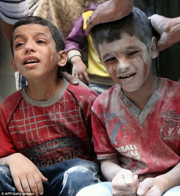 Hai cậu bé Syria hoảng sợ chứng kiến chiến tranh đẫm máu