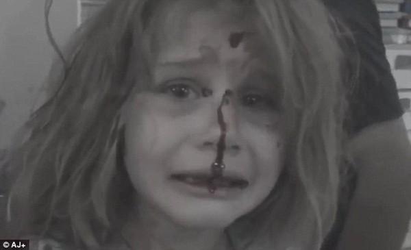 Bé gái Aya khóc gọi bố vì hoảng loạn sau khi bom dội vào ngôi làng ở Homs