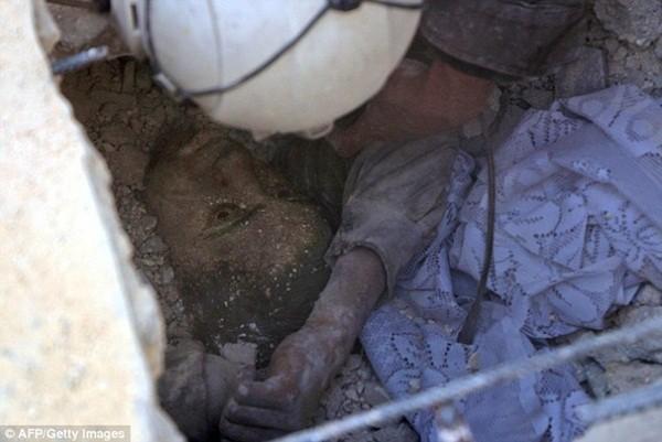 Ánh mắt lờ đờ, tuyệt vọng của Jameel khi bị mắc kẹt trong đống gạch đá