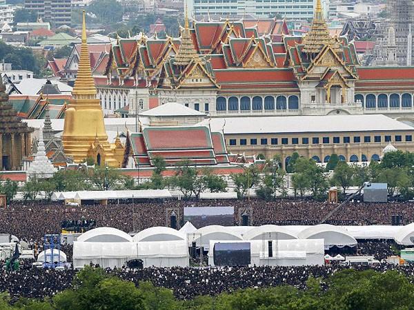150.000 người hát hoàng ca tiễn biệt vua Thái Lan ảnh 2