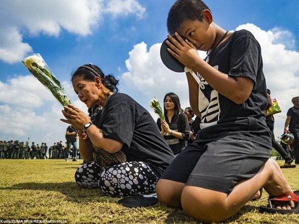 150.000 người hát hoàng ca tiễn biệt vua Thái Lan ảnh 6