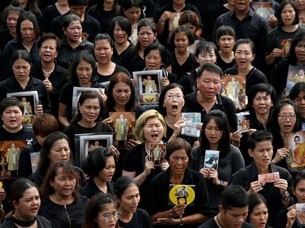 150.000 người hát hoàng ca tiễn biệt vua Thái Lan ảnh 4