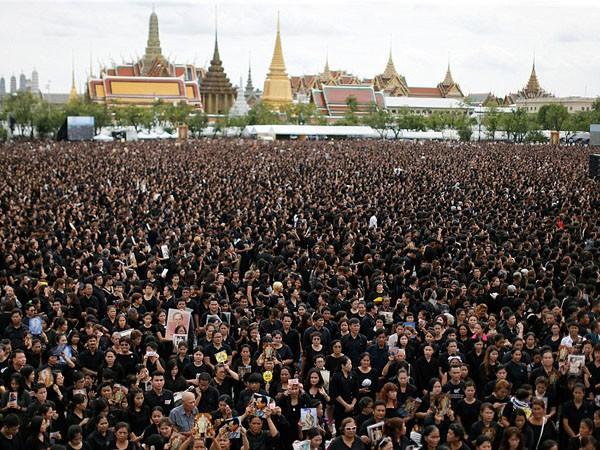 150.000 người hát hoàng ca tiễn biệt vua Thái Lan ảnh 3