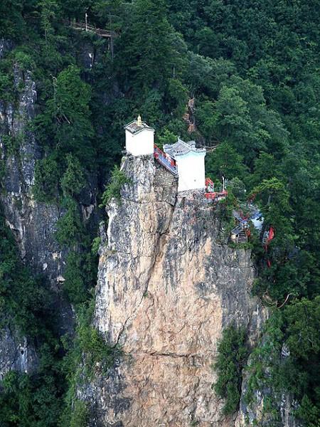 Ngần ngơ ngắm nhìn ngôi đền chênh vênh trên đỉnh núi cao gần 2.000 m ảnh 2