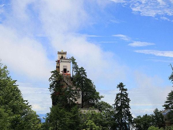 Ngần ngơ ngắm nhìn ngôi đền chênh vênh trên đỉnh núi cao gần 2.000 m ảnh 1