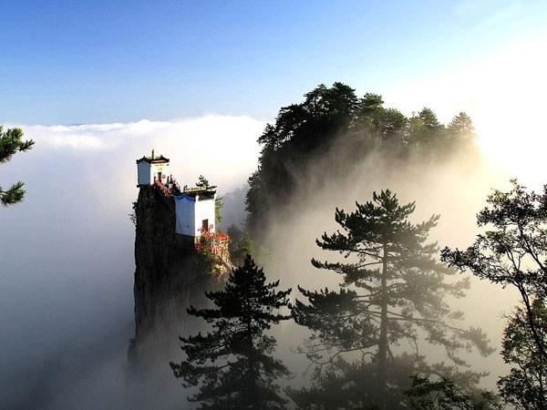 Ngần ngơ ngắm nhìn ngôi đền chênh vênh trên đỉnh núi cao gần 2.000 m ảnh 3