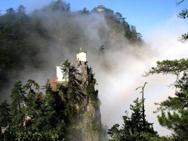 Ngần ngơ ngắm nhìn ngôi đền chênh vênh trên đỉnh núi cao gần 2.000 m ảnh 6