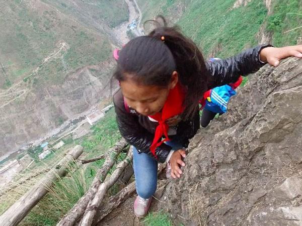 Lặng người xem con đường đi học nguy hiểm nhất thế giới ảnh 5