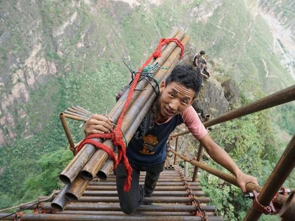 Lặng người xem con đường đi học nguy hiểm nhất thế giới ảnh 2