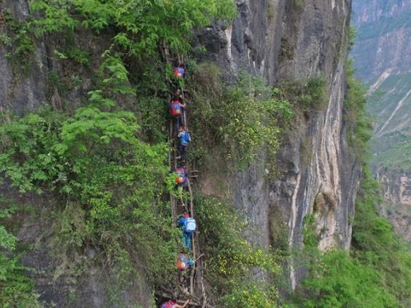 Lặng người xem con đường đi học nguy hiểm nhất thế giới ảnh 7