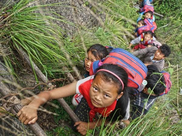 Lặng người xem con đường đi học nguy hiểm nhất thế giới ảnh 6