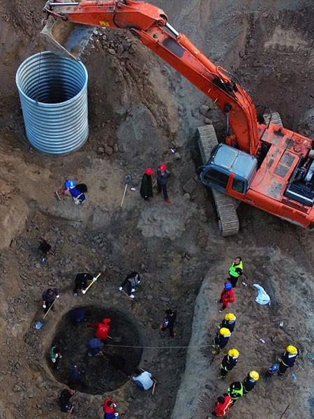 Huy động 80 máy xúc cứu cậu bé Trung Quốc 6 tuổi rơi xuống giếng ảnh 7