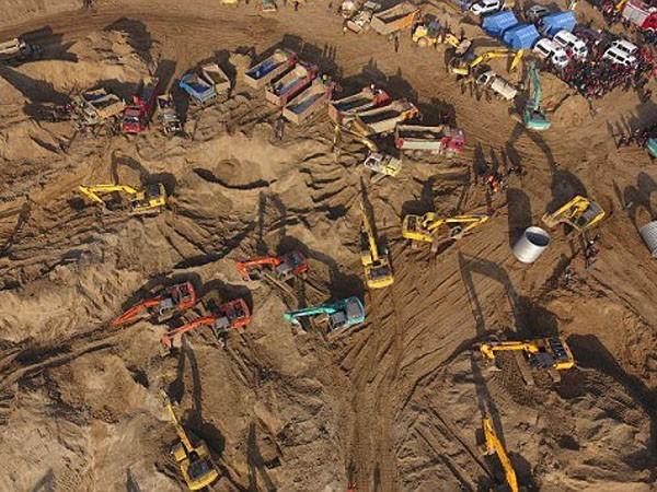 Huy động 80 máy xúc cứu cậu bé Trung Quốc 6 tuổi rơi xuống giếng ảnh 2