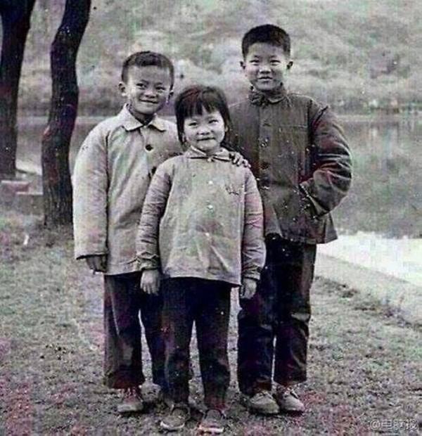 Bức ảnh thời thơ ấu của ông Jack Ma (bên trái, ngoài cùng) cho thấy sự giống nhau của Xiaoqin và ông