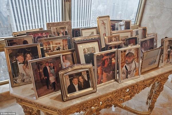 Hình ảnh của gia đình được xếp ngay ngắn trên một chiếc bàn sang trọng trong phòng