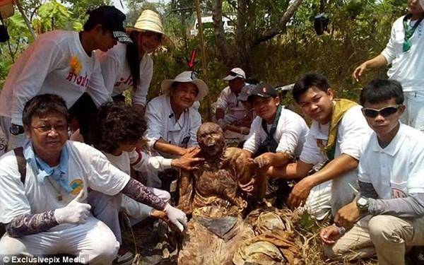 Nhóm khai quật bên thi hài của người đàn ông tìm thấy trong nghĩa địa cổ gần biên giới với Lào