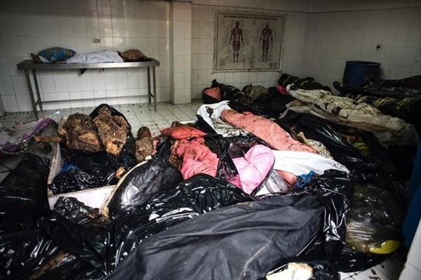 Hình ảnh đau lòng về các xác chết phân hủy bị bỏ rơi trong một nhà xác tại Manila.