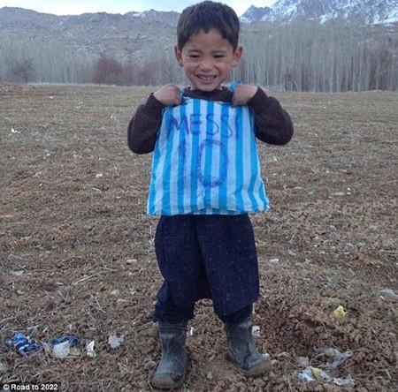 Murtaza hạnh phúc với chiếc áo làm bằng ni lông có ghi số 10 và tên Messi
