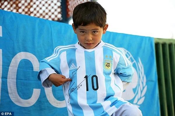 Vào tháng 2-2016, Murtaza đã nhận được chiếc áo xịn có chữ ký của Messi do chính anh gửi tặng