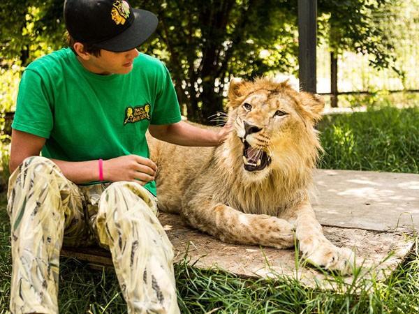 """Ngắm bộ ảnh """"siêu thực"""" về tình bạn đáng yêu của con người và sư tử ảnh 6"""