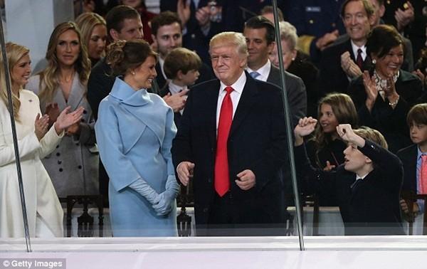 Con trai Barron của Tổng thống Donald Trump và Đệ nhất Phu nhân Menila đang tỏ ra phấn khích khi ủng hộ cha mình