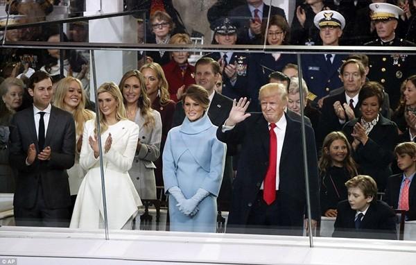 Buổi lễ nhậm chức của tân Tổng thống Mỹ Donald Trump diễn ra tại thủ đô Washington DC vào 12 giờ trưa ngày 20-1 (theo giờ địa phương). Trong ảnh, ông Trump cùng đại gia đình của mình đang giơ tay vẫy chào hàng trăm nghìn người có mặt chứng kiến lễ nhậm chức của ông.