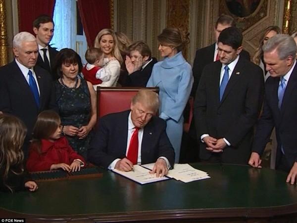 Những khoảnh khắc ấn tượng của đại gia đình Tổng thống Donald Trump trong ngày nhậm chức ảnh 22