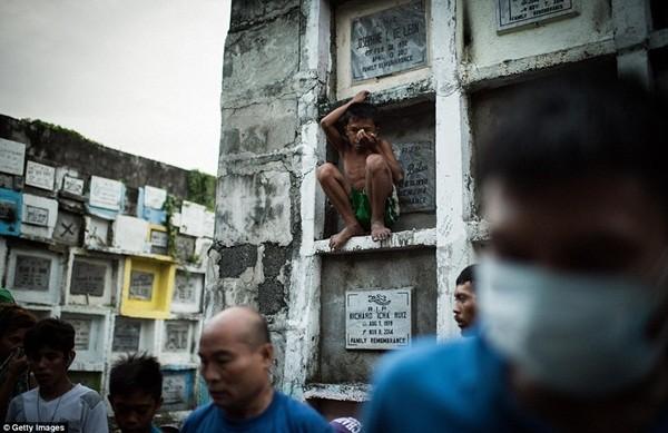 Philippines: Xác chết con nghiện bị nhồi nhét trong mộ tập thể vì quá tải ảnh 17