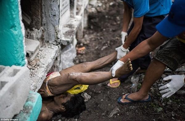 Philippines: Xác chết con nghiện bị nhồi nhét trong mộ tập thể vì quá tải ảnh 5