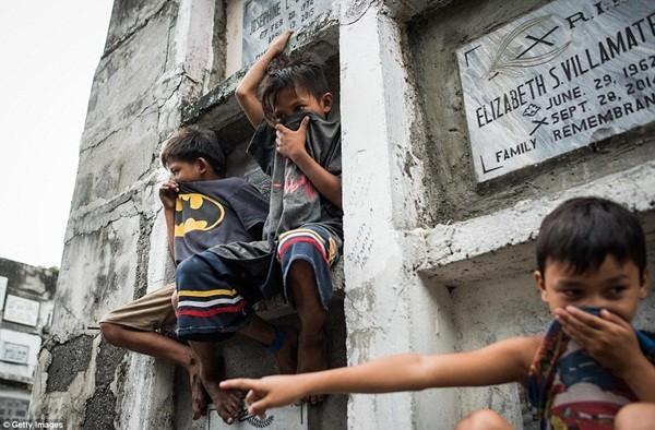 Philippines: Xác chết con nghiện bị nhồi nhét trong mộ tập thể vì quá tải ảnh 8