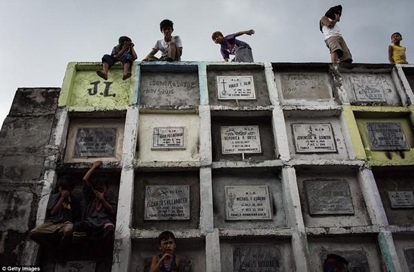 Philippines: Xác chết con nghiện bị nhồi nhét trong mộ tập thể vì quá tải ảnh 2