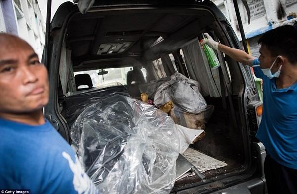 Philippines: Xác chết con nghiện bị nhồi nhét trong mộ tập thể vì quá tải ảnh 11