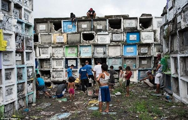 Philippines: Xác chết con nghiện bị nhồi nhét trong mộ tập thể vì quá tải ảnh 7