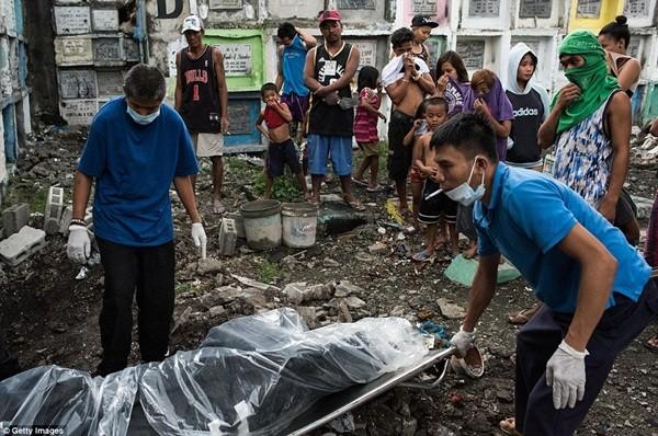 Philippines: Xác chết con nghiện bị nhồi nhét trong mộ tập thể vì quá tải ảnh 1