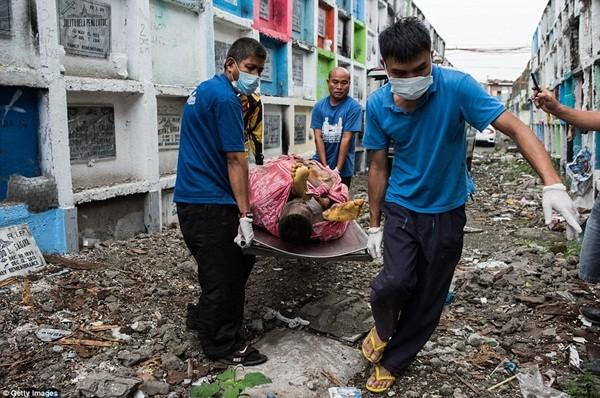 Philippines: Xác chết con nghiện bị nhồi nhét trong mộ tập thể vì quá tải ảnh 4