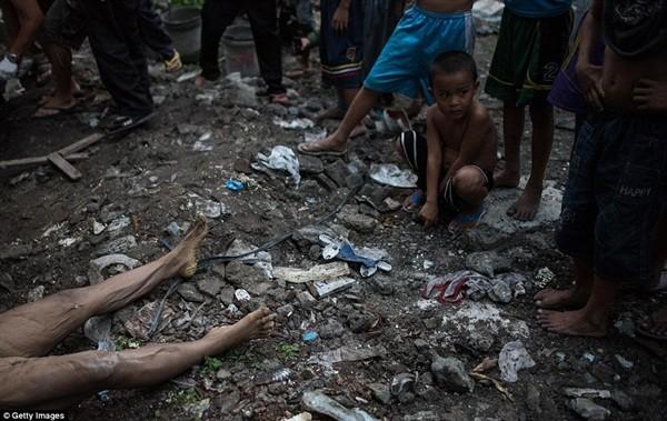 Philippines: Xác chết con nghiện bị nhồi nhét trong mộ tập thể vì quá tải ảnh 3