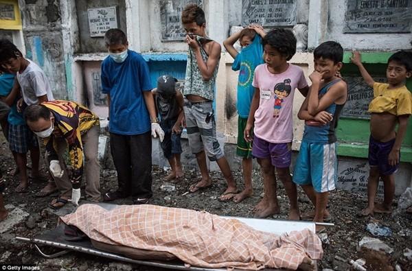 Philippines: Xác chết con nghiện bị nhồi nhét trong mộ tập thể vì quá tải ảnh 14