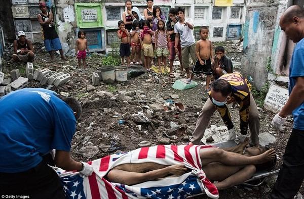 Philippines: Xác chết con nghiện bị nhồi nhét trong mộ tập thể vì quá tải ảnh 16