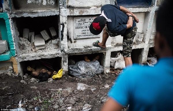 Philippines: Xác chết con nghiện bị nhồi nhét trong mộ tập thể vì quá tải ảnh 18
