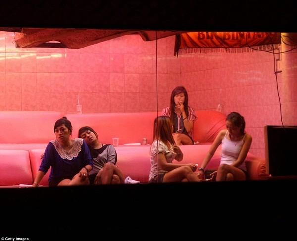 Nhiều gái mại dâm đã chuyển từ Kalijodo sang các khu vực khác để tiếp tục hành nghề, bất chấp sự kiểm soát của chính phủ