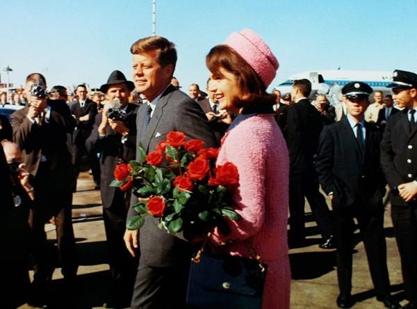Tổng thống Kennedy và phu nhân tươi cười trong sự đón chào của người dân thành phố Dallas