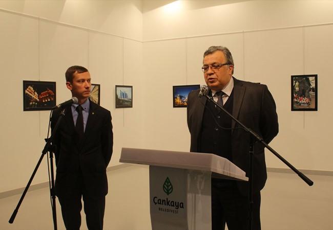 Đại sứ Nga tại Thổ Nhĩ Kỳ Andrey Karlov (phải) phát biểu tại buổi triển lãm
