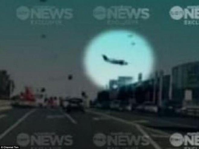 Khoảnh khắc chiếc máy bay rơi xuống trung tâm thương mại