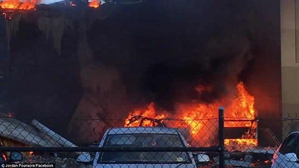 Máy bay phát nổ ngay sau khi rơi xuống trung tâm thương mại DFO