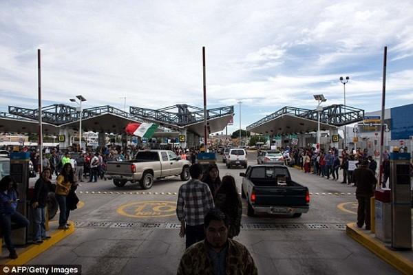 El Chaparral, điểm cửa khẩu giữa San Diego và Tijuana, trên biên giới chung giữa Mexico và Mỹ