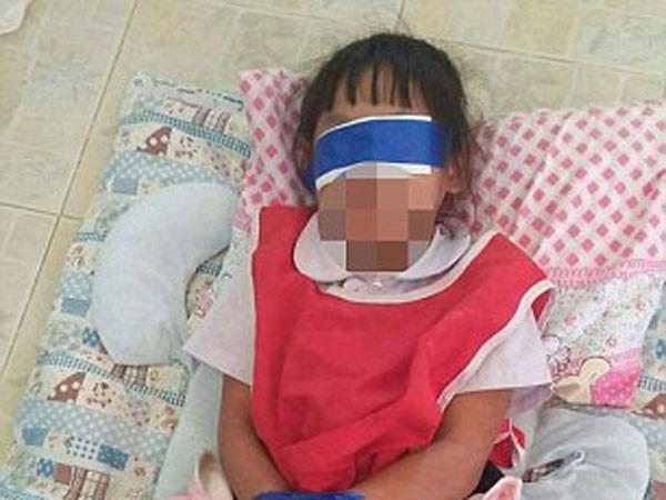Thái Lan: Giáo viên trói tay, bịt mắt 2 bé gái trong lớp gây phẫn nộ ảnh 1